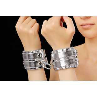 Наручники, ошейники: Серебристые наручники с коротким ремешком и никелированной фурнитурой