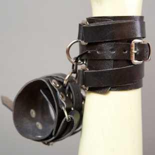 Наручники, ошейники: Черные кожаные напульсники